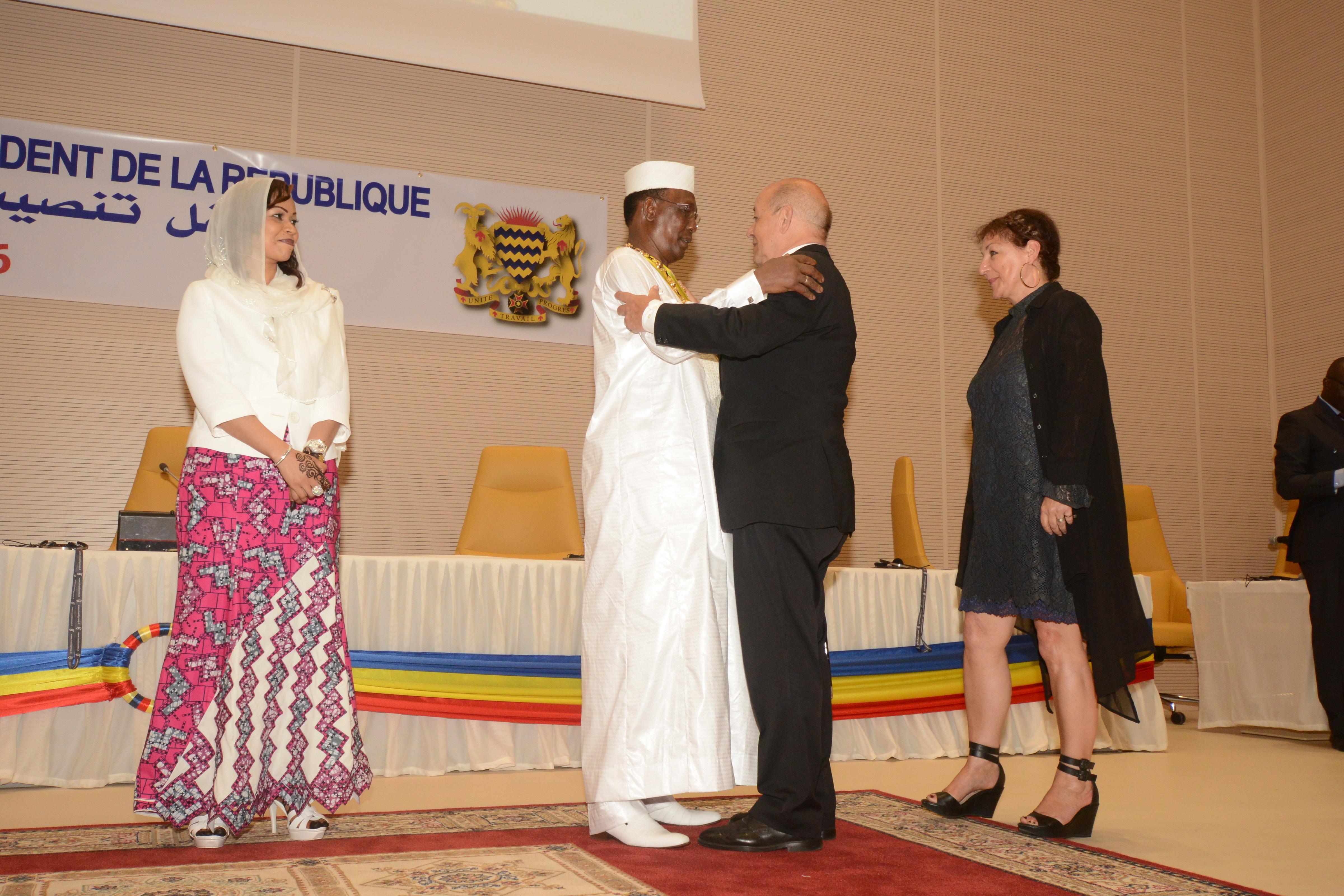 L'accolade d'Idriss Déby et de Jean-Yves Le Drian, lors de l'investiture à N'Djamena. Alwihda Info/M.R.