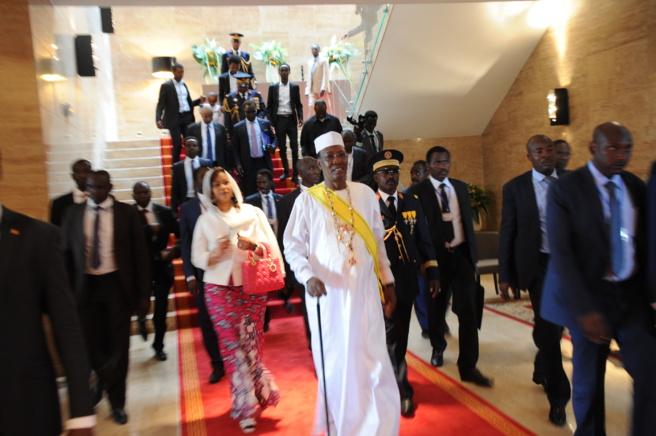 Le chef de l'Etat escorté vers la sortie à la fin de son investiture. Alwihda Info/M.R.