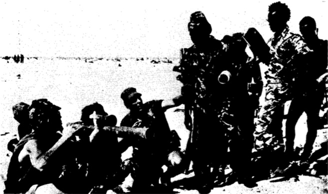 Tchad. Des soldats français apprennent le maniement d'un lance-roquettes aux troupes gouvernementales.