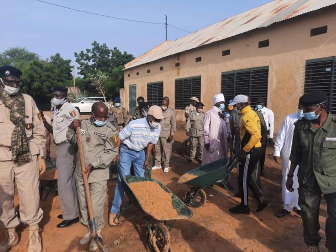 Tchad : la Police nationale lance une opération citoyenne de salubrité dans une école