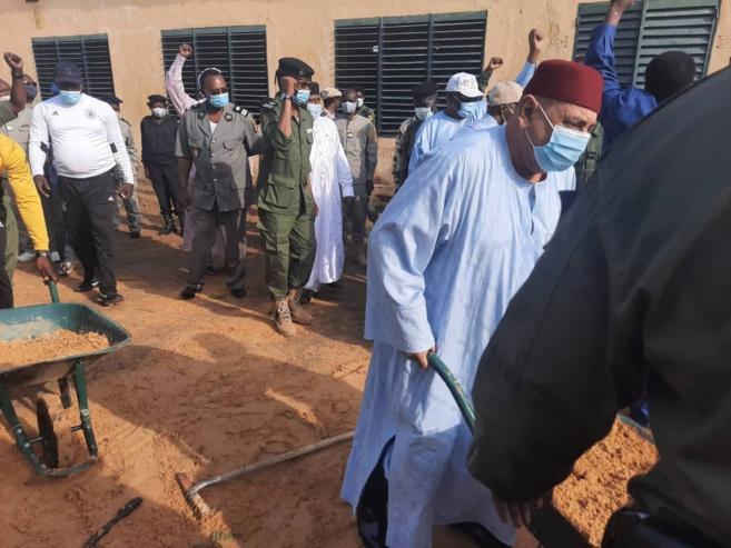 Tchad : la Police nationale lance une opération citoyenne de salubrité dans une école. © Djimet Wiche/Alwihda Info