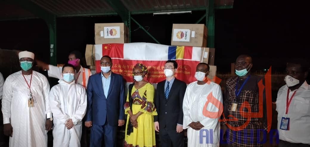 Covid-19 : Le Tchad réceptionne un don de la CNPC à l'aéroport de N'Djamena. © Malick Mahamat/Alwihda Info
