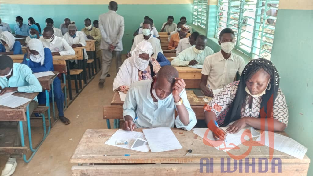 Des lycéens composent les épreuves de la seconde session du baccalauréat 2020 à Goz Beida. Illustration © Mahamat Issa Gadaya/Alwihda Info
