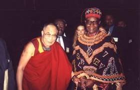 Le Professeur Kapet de BANA et Sa Sainteté, le vénérable DALAI LAMA à Paris en 1998