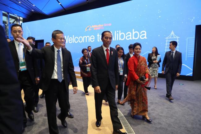 Indonesian President Joko Widodo (center), accompanied by Alibaba CEO Jack Ma (left), visits the Alibaba campus. (Photo: Alibaba)