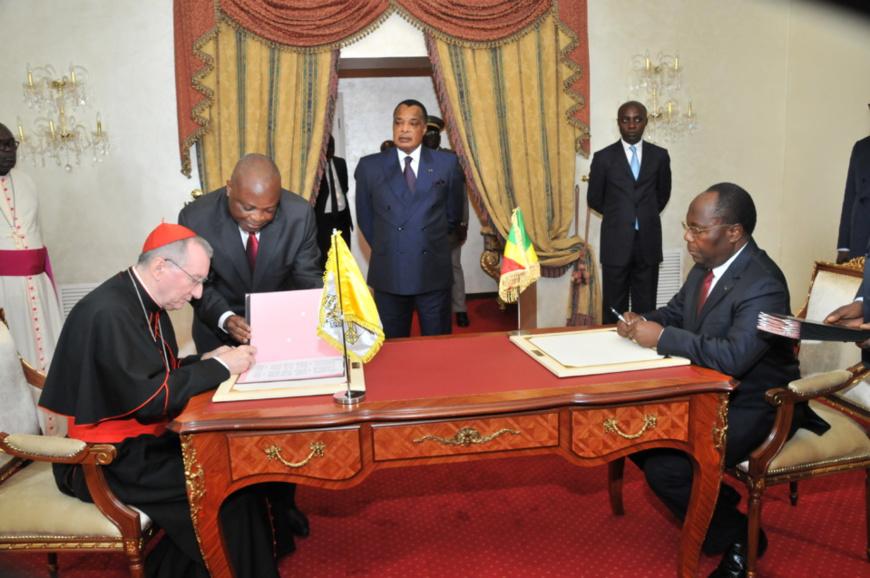 Pietro ParoLin et Clément Mouamba procédant à la signature de l'accord cadre