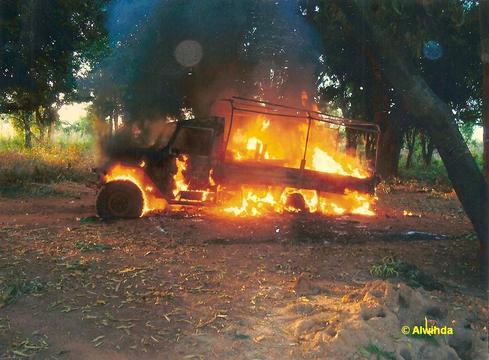 Véhicule militaire gouvernemental incendié par les rebelles le 11/11/2008