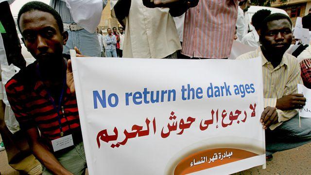 Manifestation de soutien à une journaliste condamnée à 40 coups de fouet pour avoir porté un pantalon, le 4 août 2009 à Khartoum afp.com/Ashraf Shazly