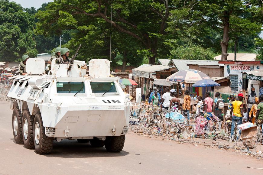 Un véhicule blindé marocain de la Mission multidimensionnelle intégrée des Nations Unies pour la stabilisation en République centrafricaine (MINUSCA). Crédits : MINUSCA