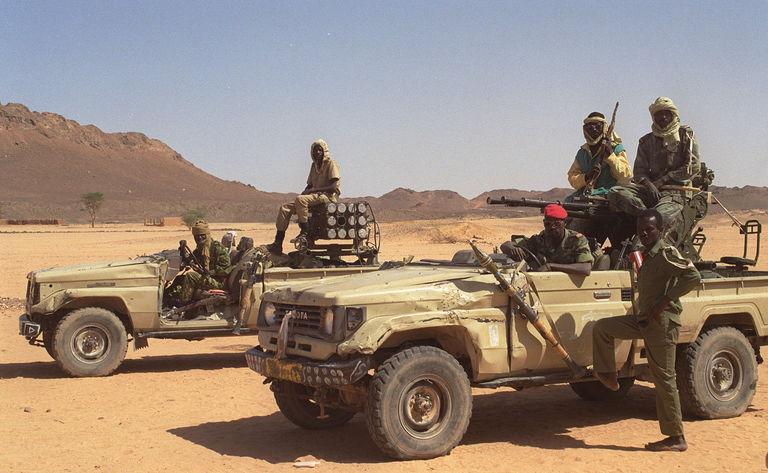 Des militaires tchadiens en patrouille dans le Tibesti, le 28 mars 1999. CRÉDITS : HERVÉ BAR / AFP