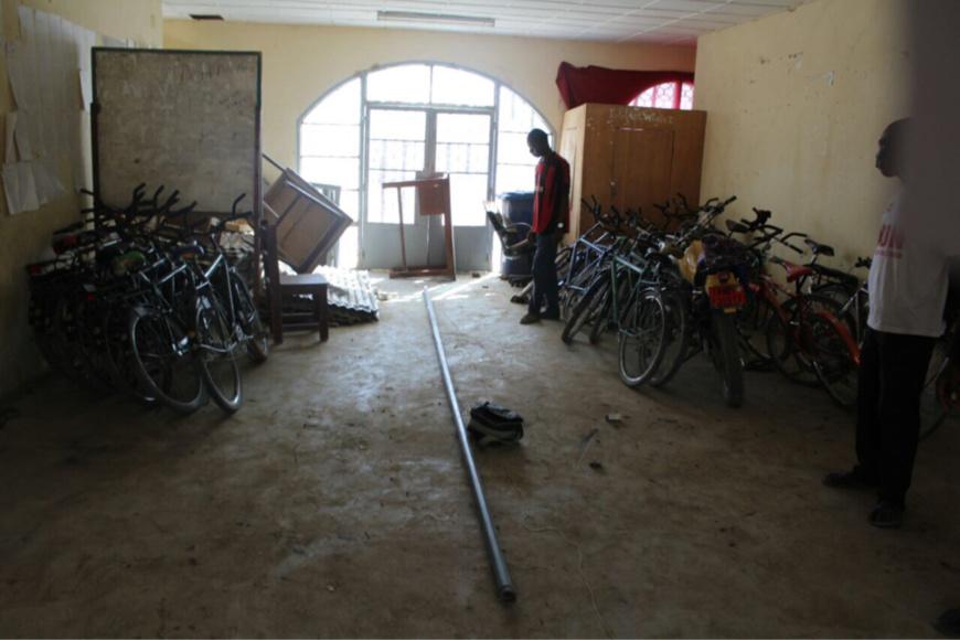 Des motos abandonnées par élèves et enseignants au sein du lycée. Alwihda Info