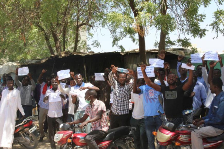 Des étudiants brandissent des affiches à N'Djamena, en soutient aux condamnés. Alwihda Info/D.W.