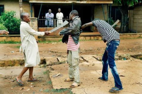 Des milices fouillent un homme en Centrafrique. Crédits : Sources