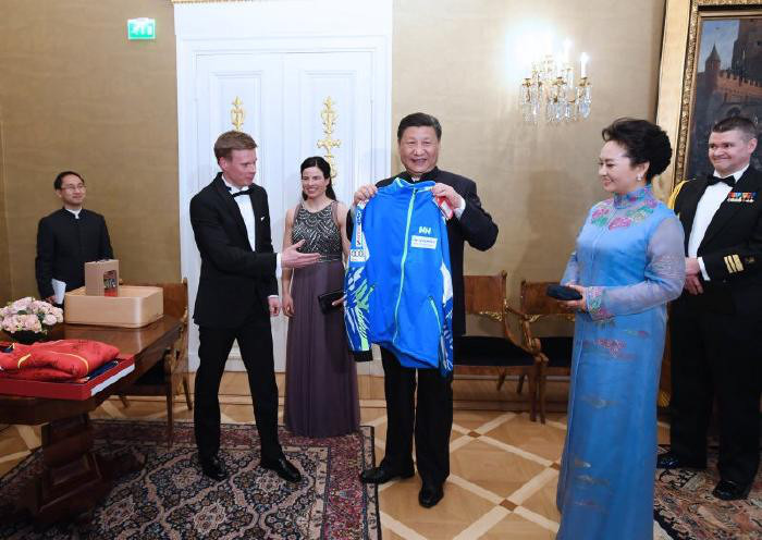 Chinese, Finnish presidents presented with tracksuits from winter sports athletes