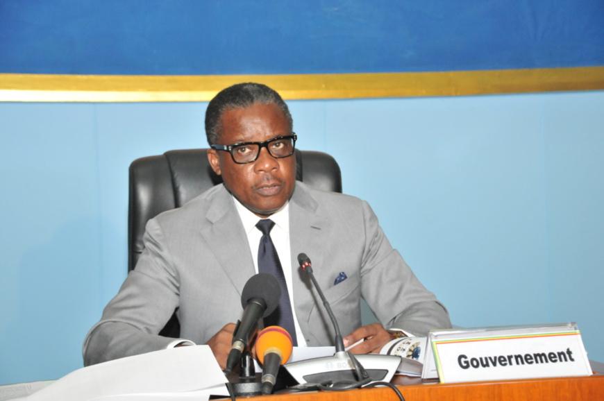 Le ministre Alain Akoualat présentant le projet de loi à l'Assemblée
