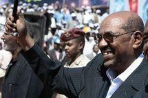 Omar el-Béchir accueilli, hier au Darfour, par des milliers de partisans.