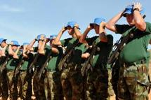 Les soldats de l'Eufor ont troqué leurs bérets contre ceux de l'ONU lors d'une cérémonie à Abéché, dans l'est du Tchad, dimanche 15 mars.