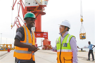 Pic: Two managers fromChina and Djibouti exchange views on a newly-built dock. (Photo by Li Zhiwei from People's Daily)