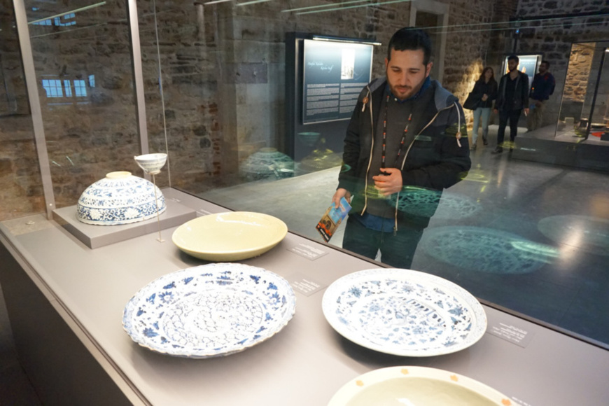 A visitor watches the on-display porcelains introduced from China by Topkapi Palace, where a total of 10,385 Chinese porcelains tracing back to 13th century to the 20th century were collected. The ancient Silk Road has connected Istanbul, the most populous city in Turkey, with China over centuries. Those collected in the eight centuries are precious for academic studies since they reflect the historic changes of China-made porcelains. (Photo by Wang Yunsong from People's Daily)