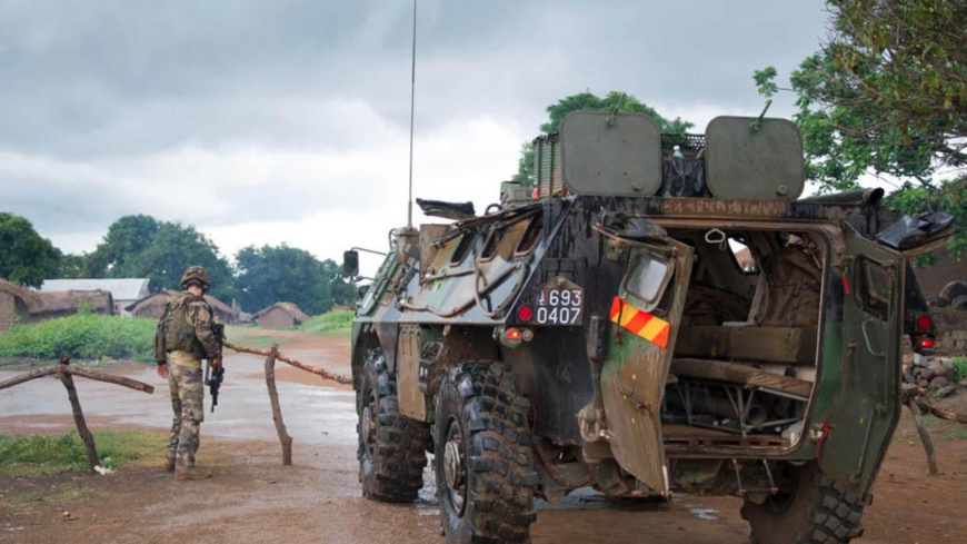 Un soldat, à côté d'un blindé en Centrafrique. Crédits photo : Sources