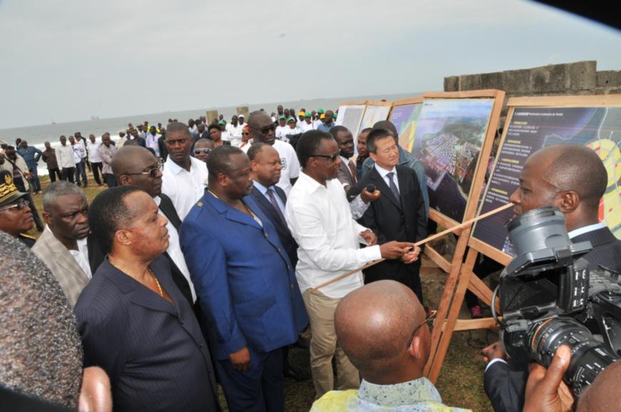Denis Sassou N'Guesso suivant les explications du ministre des ZES