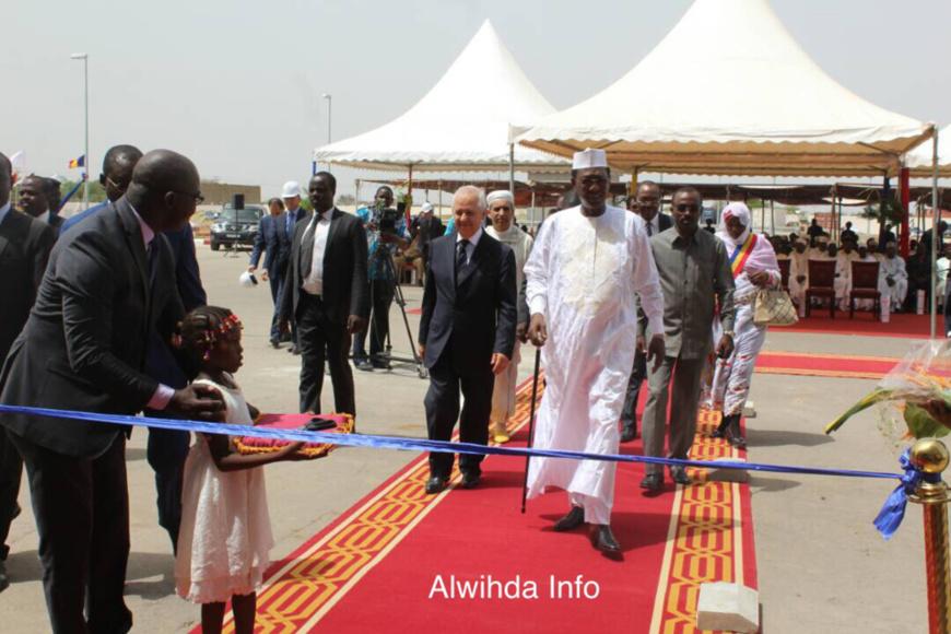 Le Président s'apprête à couper le ruban d'inauguration de la nouvelle cimenterie. Alwihda Info
