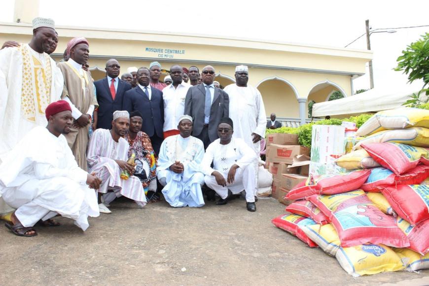Le ministre du Commerce Luc Magloire Mbarga Atangana (au centre) avec la communauté musulmane.