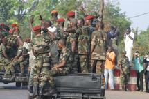 Des soldats gouvernementaux désarmés en Côte d'Ivoire.