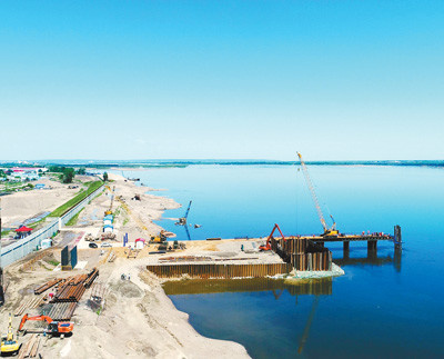 Photo taken on June 21 shows the construction site of a highway bridge connecting China and Russia over the Heilongjiang River. As the first cross-border road bridge linking the two countries, it is scheduled to open to traffic in October, 2019. (Photo by Wang Jianwei from Xinhua News Agency)