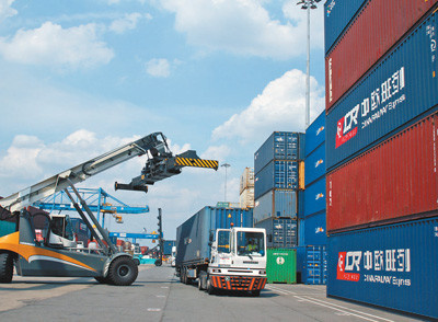 Pic: Workers load and unload containers at the Duisburg Port, Duisburg. (Photo by Guan Kejiang from People's Daily)