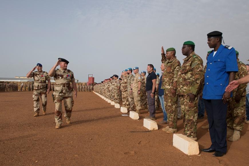 Des officiers tchadiens et américains décorés par la Force Barkhane