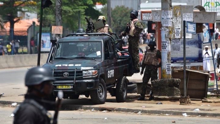 © Sia Kambou, AFP | Des soldats de la Garde républicaine près d'un camp militaire à Abidjan, le 15 mai 2017.