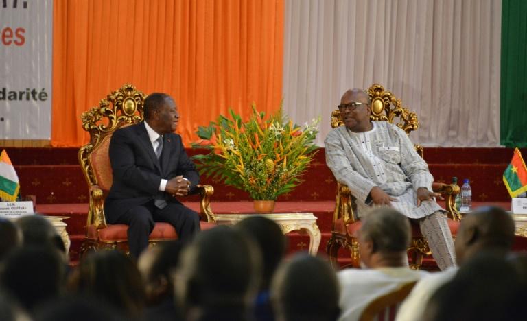 Le président ivoirien Alassane Ouattara (G) et le président du Burkina Faso Roch Marc Christian (D), à Ouagadougou le 18 juillet 2017 / © AFP / Ahmed OUOBA