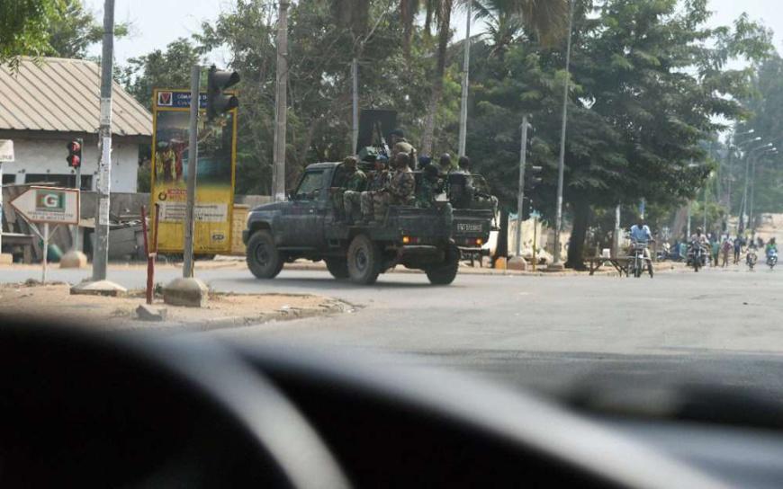 Des soldats mutins dans une rue de Bouaké, le 13 janvier 2017 (AFP/SIA KAMBOU)