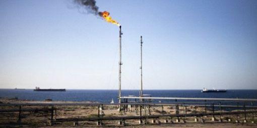 Le nouveau drapeau libyen flottant sur la raffinerie de Zawiya (40 km à l'ouest de Tripoli) le 23-9-2011© AFP - MARCO LONGARI