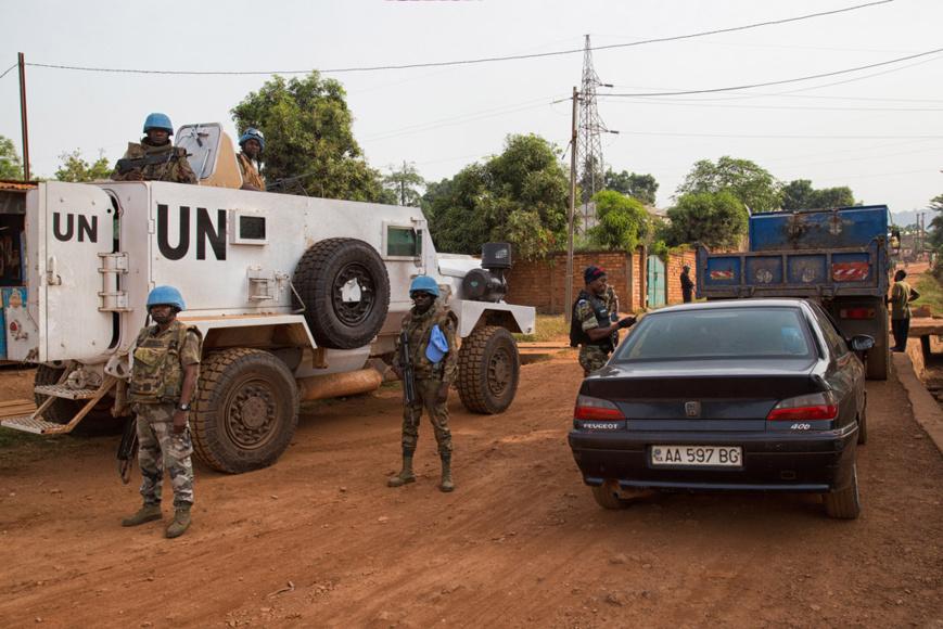 La Mission des Nations Unies en République centrafricaine (MINUSCA) et la Police nationale conduisent une opération conjointe dans la capitale Bangui. Photo: ONU/MINUSCA/Nektarios Markogiannis
