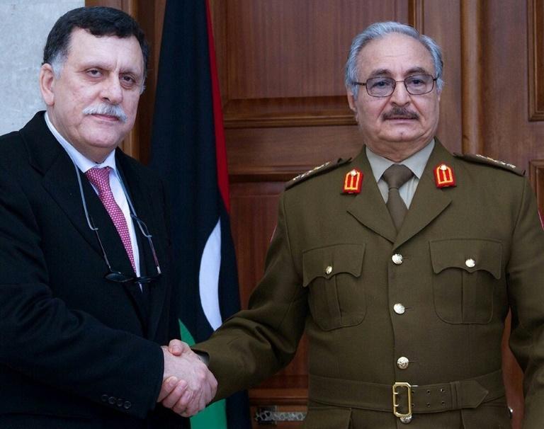 Le maréchal Khalifa Haftar (g) et le chef du gouvernement d'union nationale, Fayez al-Sarraj, le 31 janvier 2016 à Al-Marj / © Service de presse des forces armées libyennes/AFP/Archives /