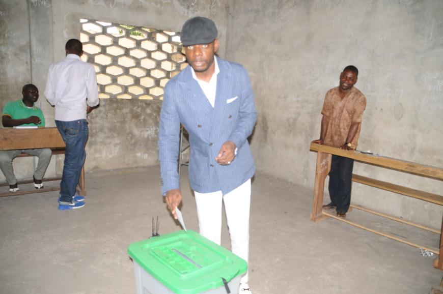 Le candidat Pct , Romy Oyo , accomplissant son devoir civique