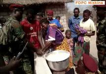 © Alwihda / Ravitaillement en brousse. Les éléments du FDPC achètent au prix fort des céréales pilées à des villageois.