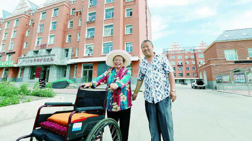 Pang Guilan and her family have moved into a 100-square-meter apartment from a 50-square-meter shabby bungalow in Arxan City of Hinggan League, north China's Inner Mongolia Autonomous Region. (Photo from Xingan Daily)