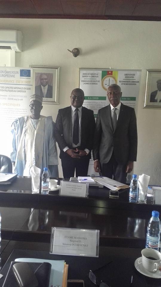Me Eteme  au milieu de deux parlementaires camerounais.