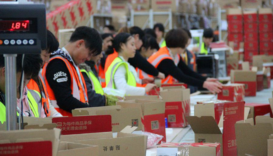 On Nov.11th, workers were busy packing day and night to ensure that customers could get their goods as quick as possible. (Photo from People's Daily Online)