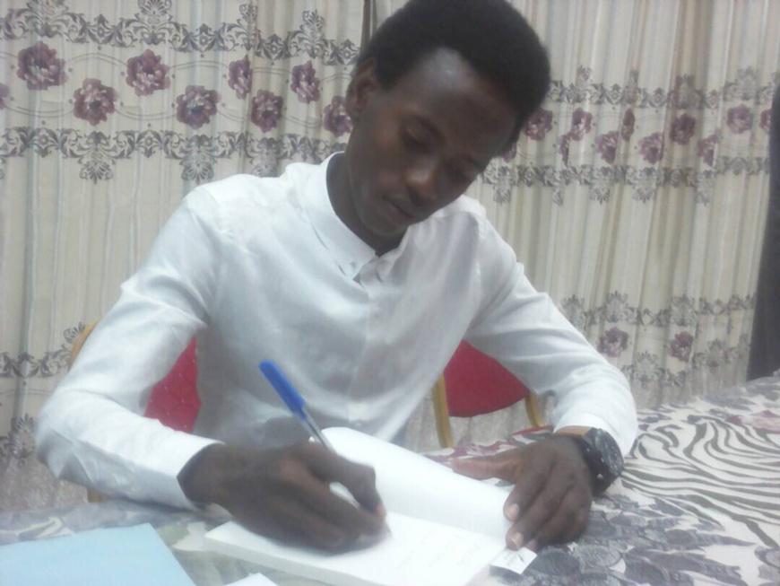 Onigue Berkemi de son vrai nom Mahamat Moussa Onigue est un jeune tchadien passionné de littérature. Alwihda Info