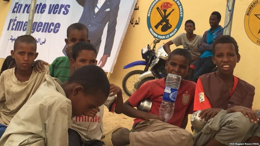 Des enfants mendiants au Tchad, 31 mars 2016. Crédits photo : VOA