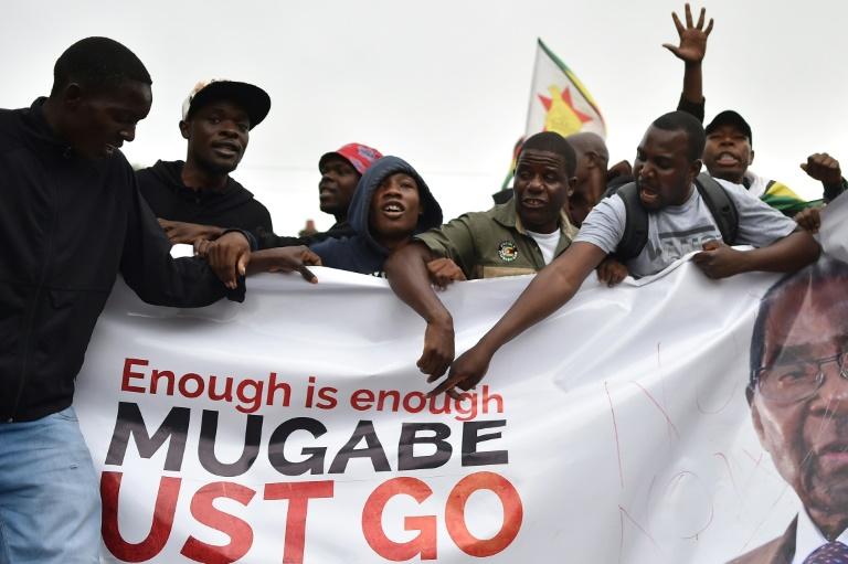 Des Zimbabwéens manifestent le 18 novembre 2017 à Harare pour exiger le départ du président Robert Mugabe, au pouvoir au Zimbabwe depuis 1980 / © AFP / -