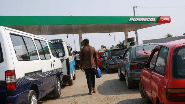 Depuis plus d'une semaine, la plupart des stations service de la capitale Luanda sont assiégées par de longues files d'automobilistes en quête d'essence, comme ici le 21 décembre 2017 afp.com/AMPE ROGERIO