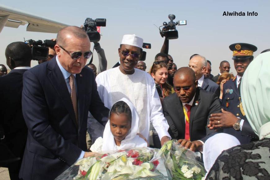 Le président turc, Recep Tayyip Erdogan accueilli à l'aéroport de N'Djamena par son homologue tchadien Idriss Déby. Alwihda Info