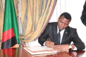 Le nouvel ambassadeur Zambien signant le livre d'or