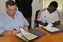 Signature du contrat en précense du directeur et de l'athlète Valentin BETOUDJI