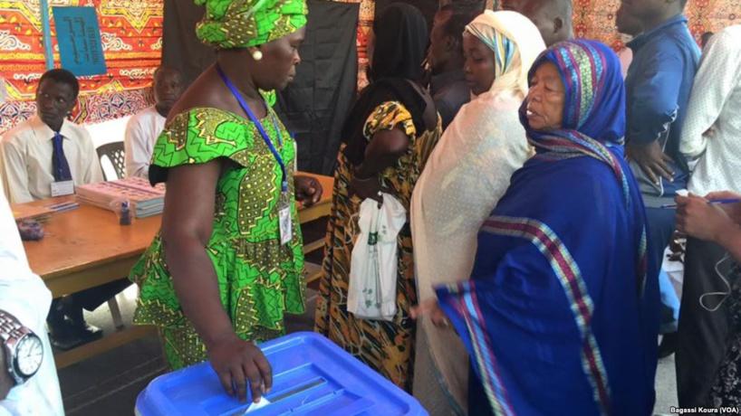 Une Tchadienne remplit les formalités avant d'aller placer son bulletin dans l'urne. Crédits photo : VOA